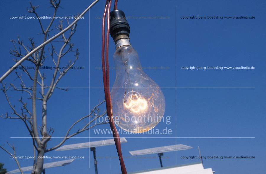 INDIA, Karnataka, illuminated bulb with power from solar panels at farm near Bangalore / INDIEN brennende Gluehlampe, Stromerzeugung mit Solarzellen zur autarken Energieversorgung auf einem Bauernhof bei Bangalore