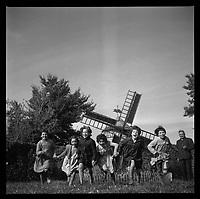 Gauré (Haute-Garonne). 10 octobre 1962. Vue d'Edouard Duleu dans sa propriété avec des enfants.