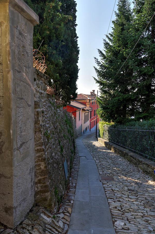 Narrow street, Salita dello Scorlazzone, Bergamo Città Alta, Italy