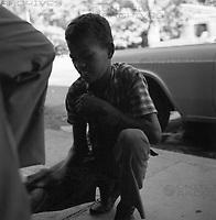 Junger Schuhputzer in Cumaná, Venezuela 1966. Young shoeblack in Cumaná, Venezuela 1966.