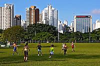 Jogo de futebol no parque do Ibirapuera. São Paulo. 2006. Foto de Juca Martins.