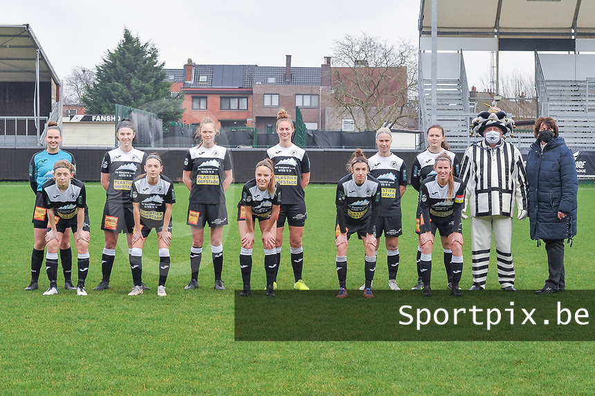 team picture Eendracht Aalst ( Goalkeeper Silke Baccarne (1) of Eendracht Aalst , Annelies Van Loock (9) of Eendracht Aalst , Loes Van Mullem (33) of Eendracht Aalst , Margaux Van Ackere (37) of Eendracht Aalst , Stephanie Van Gils (27) of Eendracht Aalst , Valentine Hannecart (8) of Eendracht Aalst and Niekie Pellens (41) of Eendracht Aalst , Anke Vanhooren (7) of Eendracht Aalst , Daisy Baudewijns (30) of Eendracht Aalst , Justine Blave (22) of Eendracht Aalst , Chloe Van Mingeroet (17) of Eendracht Aalst ) pictured before a female soccer game between Eendracht Aalst and OHL on the 13 th matchday of the 2020 - 2021 season of Belgian Scooore Womens Super League , Saturday 6 th of February 2021  in Aalst , Belgium . PHOTO SPORTPIX.BE | SPP | STIJN AUDOOREN