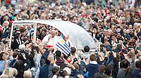 Papa Francesco saluta i fedeli al suo arrivo all'udienza generale del mercoledi' in Piazza San Pietro, Citta' del Vaticano, 26 ottobre 2016.<br /> Pope Francis waves to faithful as he arrives for his weekly general audience in St. Peter's Square at the Vatican, 26 October 2016.<br /> UPDATE IMAGES PRESS/Isabella Bonotto<br /> <br /> STRICTLY ONLY FOR EDITORIAL USE