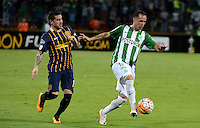 MEDELLÍN - COLOMBIA - 19-05-2016: Alejandro Guerra (Der.) jugador de Atlético Nacional, disputa el balón con Jose Fernandez (Izq.) jugador de Rosario Central, durante partido de vuelta entre Atletico Nacional de Colombia y Rosario Central de Argentina, partido de cuartos de final, de la Copa Bridgestone Libertadores 2016 jugado en el estadio Atanasio Girardot de la ciudad de Medellín. / Alejandro Guerra (R) player of Atletico Nacional fights for the ball with Jose Fernandez (L) player of Rosario Central, during a match between Atletico Nacional of Colombia and Rosario Central of Argentina, for the second leg for de quarter of final, for the Copa Bridgestone  Libertadores 2016 at Atanasio Girardot in Medellin city / Photo: VizzorImage / Leon Monsalve / Cont.