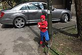 Schauplatz De?manov Straße. Der supercoole Spiderboy scannt die Straße nach etwaigen Schurken ab.