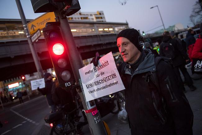 Kundgebung fuer tote Fussgaengerin am Dienstag den 20. Februar 2018 am Kottbusser Tor in Berlin-Kreuzberg.<br /> Am 19.2.2018 wurde hier eine 63jaehrige Fussgaengerin von einem rechtsabbiegenden LKW ueberfahren und getoetet. Die Teilnehmer der Trauerkundgebung fordern mehr Ruecksicht im Strassenverkehr und dass grosse LKW ab 40t nicht mehr in Innenstaedten fahren duerfen.<br /> 20.2.2018, Berlin<br /> Copyright: Christian-Ditsch.de<br /> [Inhaltsveraendernde Manipulation des Fotos nur nach ausdruecklicher Genehmigung des Fotografen. Vereinbarungen ueber Abtretung von Persoenlichkeitsrechten/Model Release der abgebildeten Person/Personen liegen nicht vor. NO MODEL RELEASE! Nur fuer Redaktionelle Zwecke. Don't publish without copyright Christian-Ditsch.de, Veroeffentlichung nur mit Fotografennennung, sowie gegen Honorar, MwSt. und Beleg. Konto: I N G - D i B a, IBAN DE58500105175400192269, BIC INGDDEFFXXX, Kontakt: post@christian-ditsch.de<br /> Bei der Bearbeitung der Dateiinformationen darf die Urheberkennzeichnung in den EXIF- und  IPTC-Daten nicht entfernt werden, diese sind in digitalen Medien nach §95c UrhG rechtlich geschuetzt. Der Urhebervermerk wird gemaess §13 UrhG verlangt.]