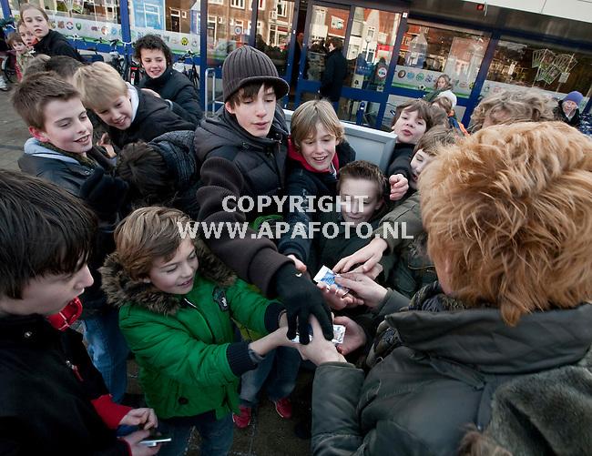 Nijmegen, 280109<br /> Bij de Albert Heijn aan de Daalseweg staan dranghekken om de kinderen die voetbalplaatjes vragen aan winkelend publiek op afstand te houden. <br /> Foto: Sjef Prins - APA Foto