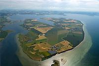Insel Poel:EUROPA, DEUTSCHLAND, MECKLENBURG- VORPOMMERN 29.06.2005 Poel ist mit 36 km² Fläche die fünftgrößte deutsche Insel, sie liegt in der südlichen Mecklenburger Bucht der Ostsee und begrenzt den Norden der Wismarer Bucht. Sie ist gleichzeitig die amtsfreie Gemeinde Insel Poel im Landkreis Nordwestmecklenburg in Mecklenburg-Vorpommern. Hauptort der Gemeinde ist Kirchdorf am Ende der tief von Süden einschneidenden Bucht Kirchsee. Neben der Wismarer Bucht im Süden wird die Insel im Osten von der Zaufe und dem Breitling sowie im Nordosten durch die Kielung vom Festland getrennt. Der Insel Poel ist im Nordosten die kleine Insel Langenwerder unmittelbar vorgelagert. Poel ist über einem befahrbaren Damm mit dem Festland (Gemeinde Blowatz, Ortsteil Strömkendorf) verbunden.. Blickrichtung von Nordost nach Suedwest. In der Mitte Kirchdorf auf der Insel Poel. Links Wismar..Luftaufnahme, Luftbild,  Luftansicht.