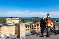 Aussichtsplattform im Belvedere auf dem Pfingstberg, hinten die Seen der Havel und der Funkturm auf dem Schäferberg, Potsdam, Brandenburg, Deutschland