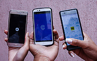 SÃO PAULO, SP, 03.07.2017 -APLICATIVO-CELULAR - A minuta que regulamenta um decreto de 2016 e estabelece leis e regras semelhantes às de táxis para motoristas de serviços de transporte por meio de aplicativos como Uber, Cabify e 99 Taxi, foi apresentada sexta-feira (30) na Câmara de São Paulo.(Foto: Nelson Gariba/Brazil Photo Press)