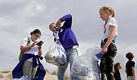 Nederland -  Velsen - 2019.     Boskalis Beach Cleanup Tour. In de zomer van 2019 wordt de hele Noordzeekust weer schoon dankzij de Boskalis Beach Cleanup Tour van Stichting De Noordzee. Dit wordt gedaan om om te laten zien hoeveel afval er op de stranden ligt en in zee terechtkomt. De plasticsoep zorgt ervoor dat er jaarlijks meer dan 1 miljoen zeedieren sterven. Het gevonden afval wordt gewogen.      Foto mag niet in negatieve / schadelijke context worden gepubliceerd. Foto Berlinda van Dam / Hollandse Hoogte