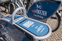 Miet-Fahrraeder der Firma Deezer - Nexbike auf dem Oranienplatz in Berlin-Kreuzberg.<br /> Die Fahrraeder sind mit einem GPS-Sender ausgestattet, der alle Bewegungen der Nutzer an die Firma sendet.<br /> 9.8.2018, Berlin<br /> Copyright: Christian-Ditsch.de<br /> [Inhaltsveraendernde Manipulation des Fotos nur nach ausdruecklicher Genehmigung des Fotografen. Vereinbarungen ueber Abtretung von Persoenlichkeitsrechten/Model Release der abgebildeten Person/Personen liegen nicht vor. NO MODEL RELEASE! Nur fuer Redaktionelle Zwecke. Don't publish without copyright Christian-Ditsch.de, Veroeffentlichung nur mit Fotografennennung, sowie gegen Honorar, MwSt. und Beleg. Konto: I N G - D i B a, IBAN DE58500105175400192269, BIC INGDDEFFXXX, Kontakt: post@christian-ditsch.de<br /> Bei der Bearbeitung der Dateiinformationen darf die Urheberkennzeichnung in den EXIF- und  IPTC-Daten nicht entfernt werden, diese sind in digitalen Medien nach §95c UrhG rechtlich geschuetzt. Der Urhebervermerk wird gemaess §13 UrhG verlangt.]
