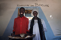 Afrique/Afrique de l'Ouest/Sénégal/Basse-Casamance/Kachouane : Mamadou Bocuse restaurateur et sa soeur