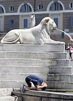 Un bambino si rinfresca ad una fontana per ripararsi dal caldo, in piazza del Popolo, Roma, 17 luglio 2010..A child cools off at a fountain in a hot summer day in Rome's Piazza del Popolo square, 17 july 2010..UPDATE IMAGES PRESS/Riccardo De Luca