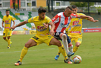 ARMENIA, COLOMBIA, 07-11-2015: Eduar Gutierrez (Izq) y Ronald Tavera (Der) del Atlético Huila disputan el balón con Jarlan Barrera (C) del Tolima durante partido válido por la fecha 19 de la Liga Aguila II 2015 jugado en el estadio Centeneraio de la ciudad de Armenia./ Eduar Gutierrez (L) y Ronald Tavera (R) players of Atletico Huila fight for the ball with Jarlan Barrera (R) player of Atletico Junior during match valid for the date 19 of the Aguila League II 2015 played at Centenario stadium in Armenia city. VizzorImage/INTI