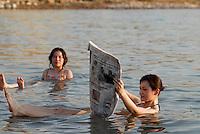 JORDANIEN , Chinesische Touristen baden im Toten Meer, der Wasserspiegel des Toten Meer sinkt dramatisch durch uebermaessigen Wasserverbrauch aus dem Jordan Fluss durch Israel und Jordanien / JORDAN , chinese tourist bath in dead sea , the water level of Dead sea is declining due to high water usage of Jordan river water