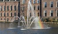 Nederland Den Haag -  maart 2021.  De Hofvijver bij het Binnenhof. Regenboog in de waterstralen.   Foto ANP / Hollandse Hoogte /  Berlinda van Dam