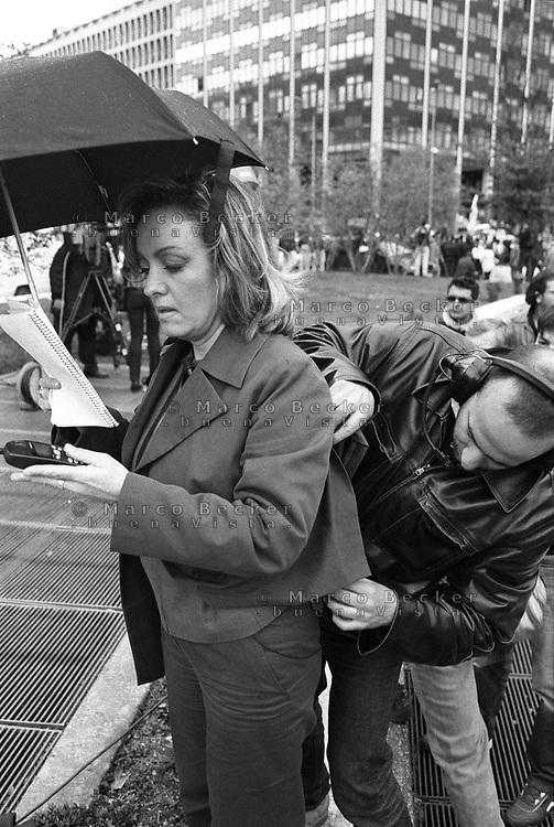 Milano, un piccolo aereo si schianta contro il Grattacielo Pirelli. Una giornalista americana si prepara per il telegiornale --- Milan, a small plane crashes into the Pirelli skyscraper. An american journalist preparing for the television news