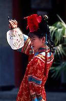 China, Peking, FangShan-Restaurant im Bei Hai-Park, traditionelle Tanz-Aufführung.[(c) Dirk Renckhoff, Schulten-Immenbarg 3, 22587 Hamburg, Tel+Fax +49-(0)40-865110, E-Mail dirk_renckhoff@web.de, Bank: Postbank Hamburg, Konto: 355694207, BLZ: 20010020 , IBAN  DE79 20010020 0355694207, BIC PBNKDEFF. Bei Nutzung gelten meine AGB (www.dirk-renckhoff.de/AGB.htm) als vereinbart. , Es werden keine Rechte Dritter wie Modelfreigabe-, Eigentums- , Kunst- oder Markenrechte eingeraeumt, soweit nicht ausdruecklich vermerkt. Bei werblicher Nutzung sind die Rechte Dritter soweit erforderlich vom Kunden einzuholen. Unless explicit declared no model release, property release or other third party rights are given. No distribution w/o permission.].