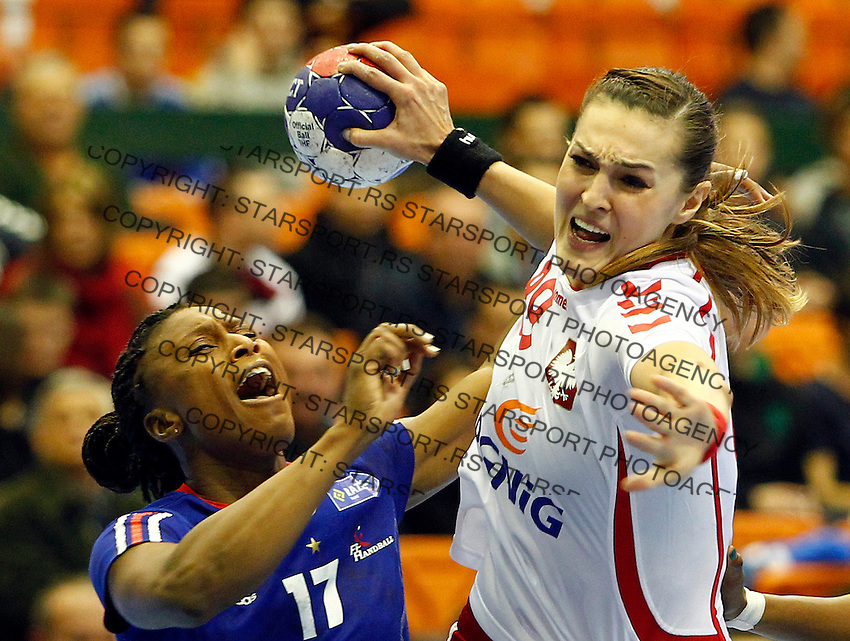 SERBIA, Novi Sad: Poland's Kinga Byzdra (R) vies with France's Siraba Dembele (L) during the Women's Handball World Championship 2013 quarter final match between Poland vs France on December 18, 2013 in Novi Sad.  AFP PHOTO / PEDJA MILOSAVLJEVIC