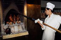 Pekingente wird in offenem Feuer aus speziellem Holz geräuchert, Peking (Beijing), China