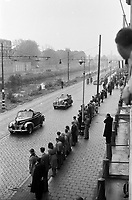 Photo from the NIOD's Huizinga collection. Queen Wilhelmina will drive by open car on the Koninginnegracht.