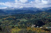 Europe/France/Auvergne/63/Puy-de-Dôme/Parc Naturel Régional des Volcans/St Nectaire: L'église de St Nectaire et le massif du Sancy (1885mètres)
