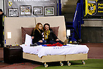 Nederland, Arnhem, 13 februari 2016<br /> Eredivisie<br /> Seizoen 2015-2016<br /> Vitesse-SC Heerenveen <br /> In aanloop naar Valentijnsdag heeft hotelketen Fletcher een bed langs het veld neergezet voor een stel, dat op deze manier de wedstrijd kan volgen.