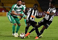 BOGOTÁ-COLOMBIA, 27-08-2019: Matías Mier de La Equidad (COL), y Chará, Cazares de Atlético Mineiro (BRA), disputan el balón, durante partido de vuelta de los cuartos de final entre La Equidad (COL) y Club Atlético Mineiro (BRA), por la Copa Conmebol Sudamericana 2019 en el estadio Nemesio Camacho El Campin, de la ciudad de Bogotá. / Matias Mier of La Equidad (COL), and Chara, Cazares of Atletico Mineiro (BRA), fight for the ball during a match between La Equidad (COL) and Club Atletico Mineiro (BRA), of the second leg of the quarter finals for the Conmebol Sudamericana Cup 2019 in the Nemesio Camacho El Campin stadium in Bogota city. Photo: VizzorImage / Luis Ramírez / Staff.