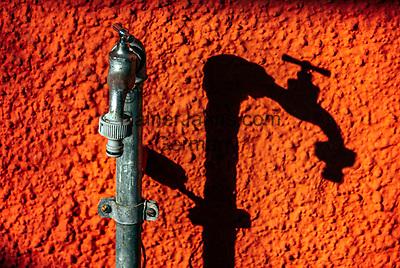 """Deutschland, Bayern, Chiemgau, Chieming am Chiemsee: """"Schattenspiel"""" eines Wasserhahns an einer Hauswand   Germany, Bavaria, Chiemgau, Chieming at Lake Chiemsee: shadow play of a water tap"""