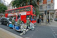 Onibus e motos no bairro Kensington. Londres. Inglaterra. 2008. Foto de Juca Martins.