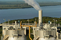 URUGUAY Fray Bentos ,  UPM pulp mill produce ECF (elemental chlorine free) pulp from FSC eucalyptus wood, Capacity, tonnes annually 1,100,000 and the mill produces electricity and steam for own consumption and in addition 20-30 MW electricity for the national grid , factory former known as BOTNIA, river Rio Uruguay / URUGUAY Fray Bentos , Zellulosefabrik und Biomassekraftwerk der UPM ( vorher BOTNIA ) am Ufer des Fluss Uruguay , Herstellung von Zellulose aus FSC Eukalytus Holz fuer die Papierherstellung , ein eigenes Biomassekraftwerk produziert 40 MW Strom und Dampf
