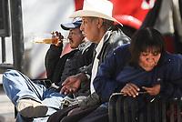 En pleno dia y a la vista de todos un grupo de indigentes se toma tranquila mente una botella de alcohool en una de las bancas de la plaza Emiliana de Zubeldia mientras toma en sol
