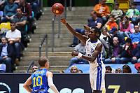 Isaac Bonga (Fraport Skyliners) gegen Thomas Klepeisz (Basketball Löwen Braunschweig) - 12.03.2017: Fraport Skyliners vs. Basketball Löwen Braunschweig, Fraport Arena Frankfurt