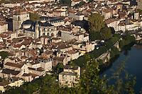 Europe/France/Midi-Pyrénées/46/Lot/Cahors: vue sur les toits de la vieille ville, la cathédrale St-Etienne et la vallée du Lot