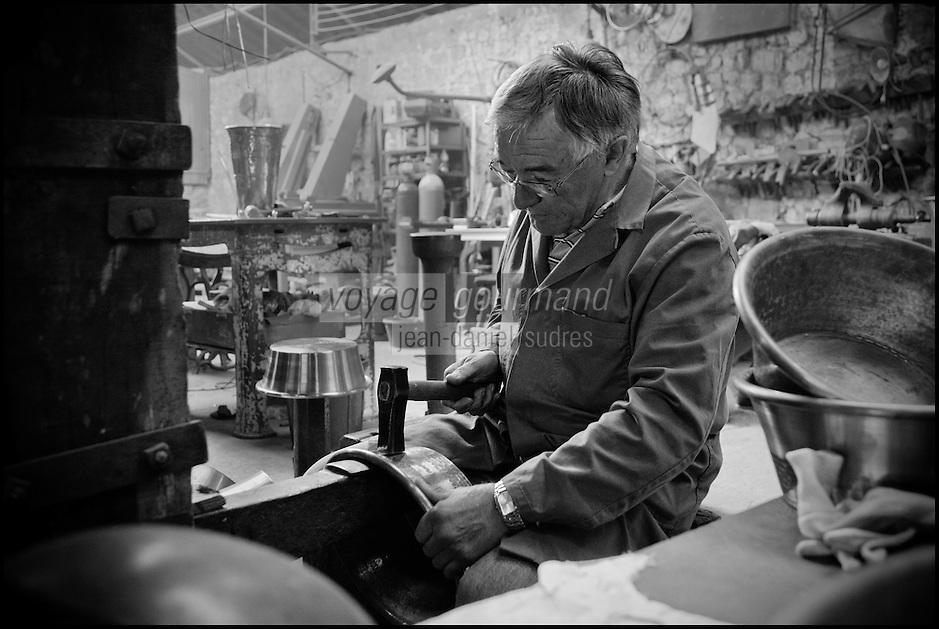 Europe/France/Normandie/Basse-Normandie/50/Villedieu-les-Poêles: Atelier du Cuivre , Etienne Dulin <br /> Àuto N°:  2012-437, Àuto N°:  2012-438, Àuto N°:  2012-439, Àuto N°:  2012-440, Àuto N°:  2012-441i //  France, Manche, Villedieu les Poeles, Copper workshop, Etienne Dulin