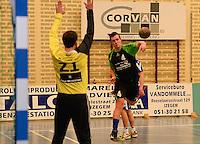 HBC Izegem -  Desselgemse Handbal : Arno Bruyneel (4) met de aanval voor Desselgem <br /> foto VDB / BART VANDENBROUCKE