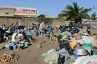 """TOGO, Lome, Zentrum DZIDUDU der Organisation BNCE (Bureau National Catholique de l'Enfance) zur Betreuung von Lastentraegerinnen und Marktfrauen und deren Kindern, Schlaf- u. Lagerplatz """"Maison Portefaix"""""""