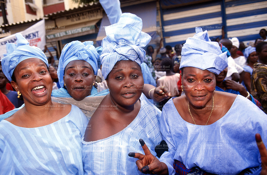 Senegal. Dakar. Senegalese women dressed with beautiful blue dresses (boubou) and headscarfes. They smile and laugh at life. © 2000 Didier Ruef