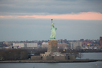 Blick auf die Statue of Liberty bei Sonnenuntergang