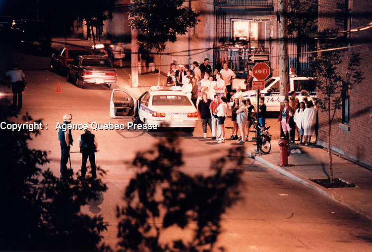 La police boucle une partie du Centre-Sud, Septembre 1996<br /> <br /> September 1996  File Photo - Montreal (qc) CANADA - Montreal Police closed many streets in Centre Sud and made multiple arrest related to gang and drug dealing.