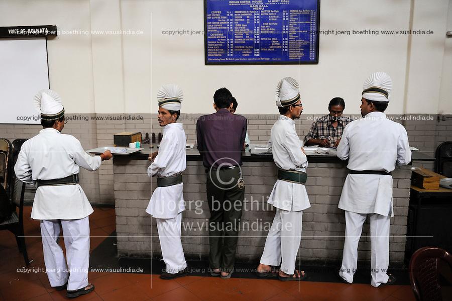 INDIA Westbengal Calcutta Kolkata, Indian Coffee House near University, waiter in white uniform / INDIEN Westbengalen Megacity Kolkata Kalkutta, Indian Coffee House im Uni Viertel, Kelnner in weisser Uniform