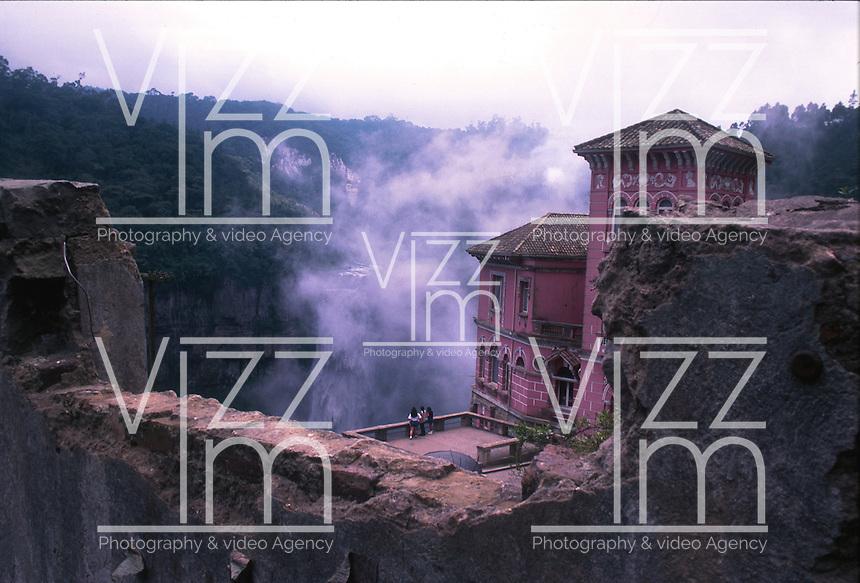 SOACHA-COLOMBIA-06-03-2003. El Salto del Tequendama es una cascada natural de Colombia, ubicada en el municipio de Soacha en el Departamento de Cundinamarca. Está ubicada a aproximadamente 30 km al suroeste de Bogotá. The Tequendama Falls  is a natural waterfall of Colombia, located in the municipality of Soacha in deCundinamarca Department. It is located about 30 km southwest of Bogota. (Photo: VizzorImage/Luis Ramirez).......................