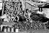 Mozambico, Africa, bambino in un mercato di Maputo
