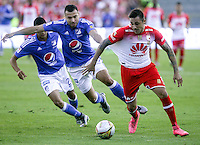 BOGOTA - COLOMBIA -20 -03-2016: Andres Cadavid (Izq) jugador de Millonarios disputa el balón con Guido Di Vanni (Der) jugador de Independiente Santa Fe durante partido por la fecha 10 de la Liga Águila I 2016 jugado en el estadio Nemesio Camacho El Campín de la ciudad de Bogotá./ Andres Cadavid (L) player of Millonarios fights for the ball with Guido Di Vanni (R) player of Independiente Santa Fe during the match for the date 10 of the Aguila League I 2016 played at Nemesio Camacho El Campin stadium in Bogota city. Photo: VizzorImage / Ivan Valencia / Cont.