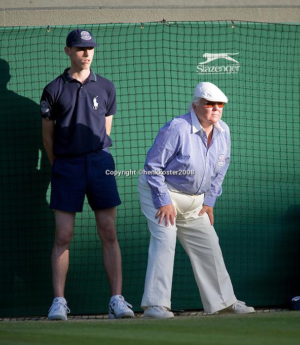 25-6-08, England, Wimbledon, Tennis, Lineswomen and ballboy