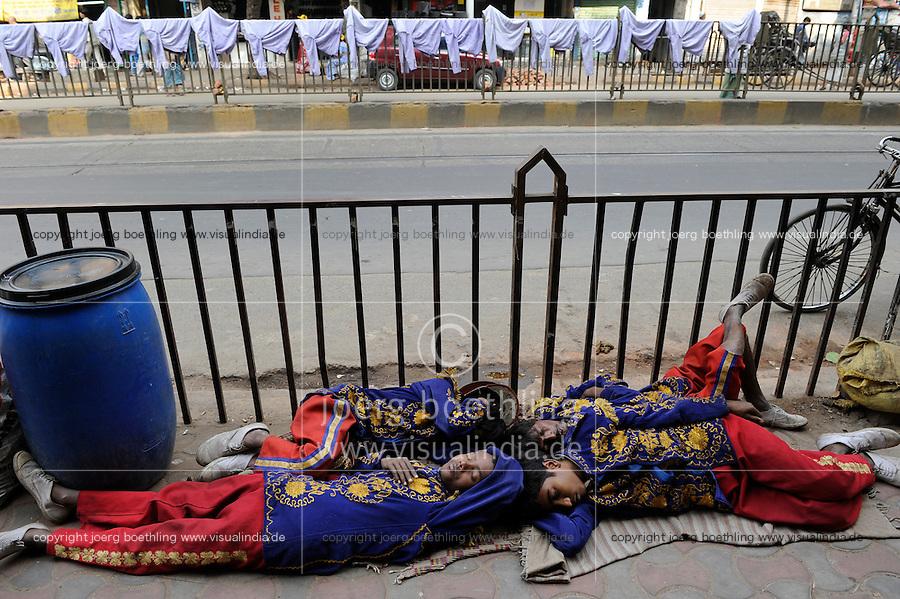 INDIA Westbengal, Kolkata, on MG Road sleeping musicans of brass band / INDIEN, Westbengalen, Kolkata, auf der Mahatma Gandhi Road schlafende Musiker in Uniform einer Blaskapelle