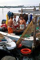 Muschelfischer im Hafen von Chioggia, Venetien-Friaul, Italien.