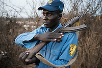ETHIOPIA, Southern Nations, Lower Omo valley, Kangaten, village Kakuta, Nyangatom tribe, policeman with Kalashnikov AK-47 / AETHIOPIEN, Omo Tal, Kangaten, Dorf Kakuta, Nyangatom Hirtenvolk, Polizist mit Kalaschnikow AK-47