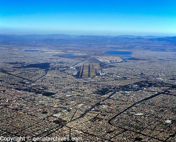 aerial photograph of Mexico City from the south toward the Mexico City International Airport (MEX, MMMX), Mexico | fotografía aérea de la Ciudad de México desde el sur hacia el Aeropuerto Internacional Benito Juárez, de la Ciudad de México, México.